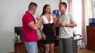 Den sexiga sekreteraren och hennes två kollegor